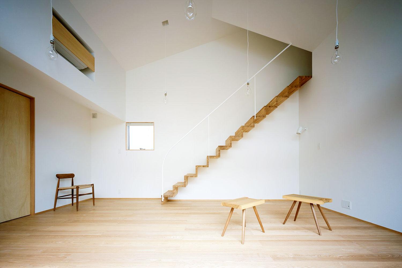 天井の高い開放的なリビング