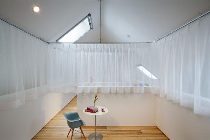 カーテンで緩やかに仕切る子供部屋
