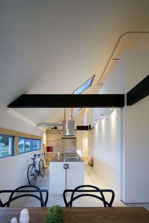 勾配天井が立体感のあるキッチンスペース