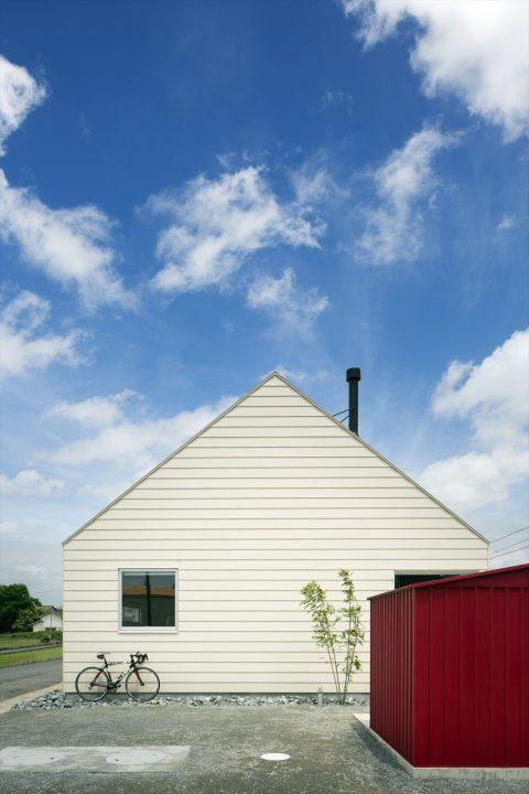 三角の切妻屋根がかわいい白い家