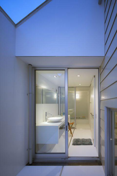 中庭から洗面室と浴室がつながる水廻りスペース