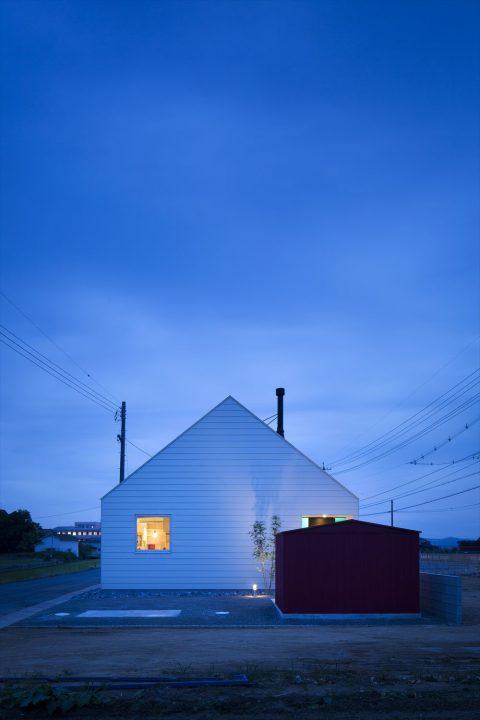 夜は外壁に照明が反射して幻想的な雰囲気に