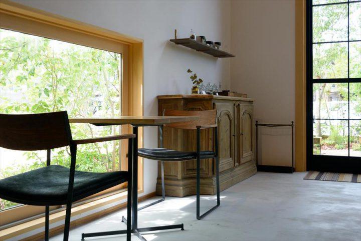 倉敷市に完成した林のカフェ。シンプルな内装とアンティーク家具でまとめた上質の空間です。