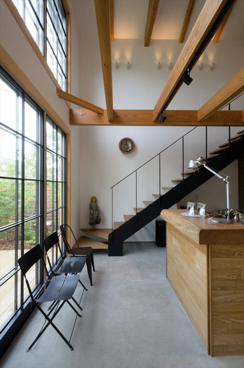 倉敷市に完成した林のカフェ。階段をあがると2階のギャラリースペースへ。