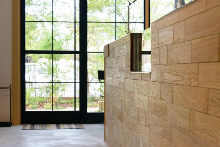 倉敷市に完成した林のカフェ。シンプルな内装とアンティーク家具でまとめた上質の空間、中央のカウンターは存在感がある木目調です。