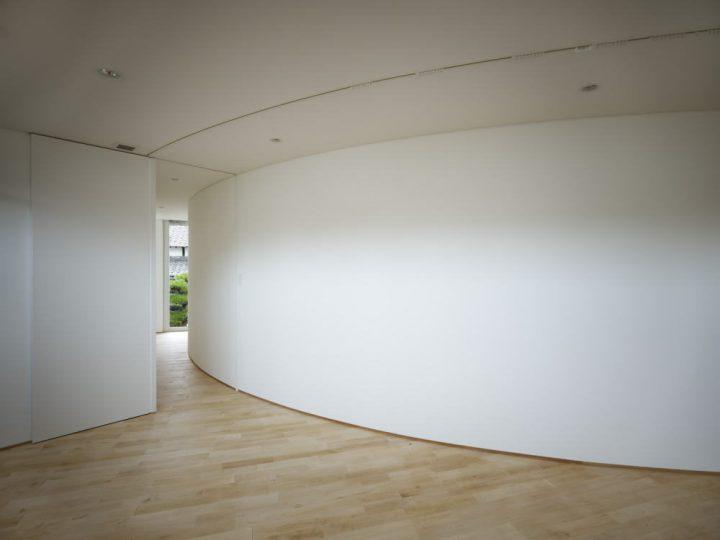 家の中に曲線がある美術館のような家