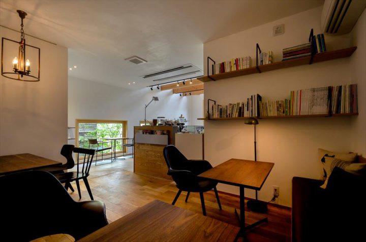 倉敷市に完成した林のカフェ。人気のBOX席ではゆっくり読書ができます。