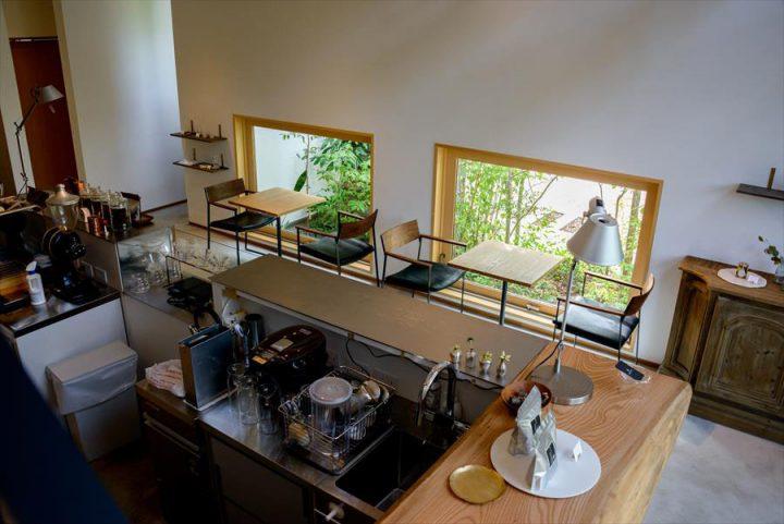 大きな木製窓がかわいい客席