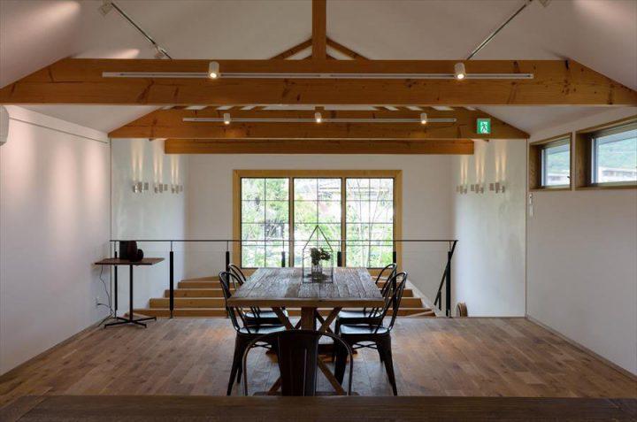 倉敷市に完成した林のカフェ。吹き抜けが爽やかな2階はギャラリースペースになっています。