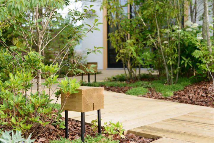 150種類以上の草木花が庭を彩る、林のカフェのエントランス