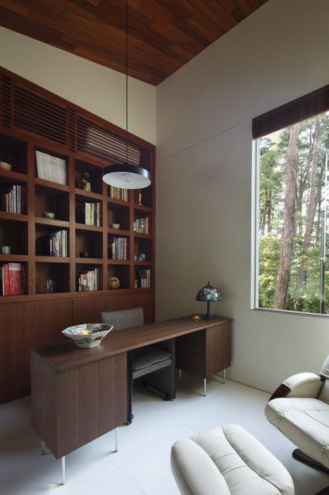 造り付けの本棚で高級感のある書斎