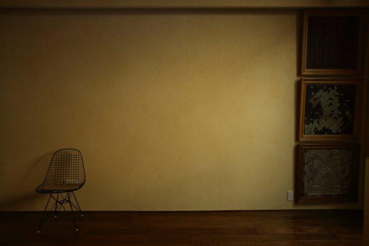 塗り壁の陰影が美しいリビング壁
