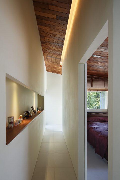 細かいところまでこだわった間接照明と飾り棚のあるギャラリーのような廊下