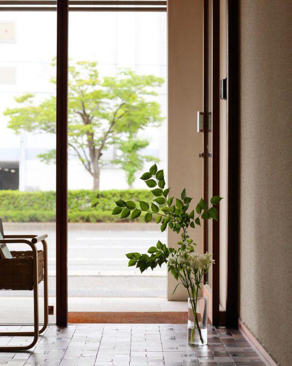 木製ドアとガラスで仕切られたオシャレな店舗デザイン