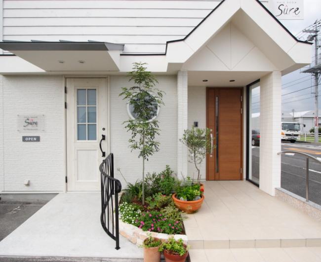 岡山市南区の美容院兼住宅の白くてかわいい外観写真