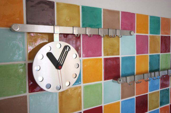 色とりどりのタイルを貼ったキッチン