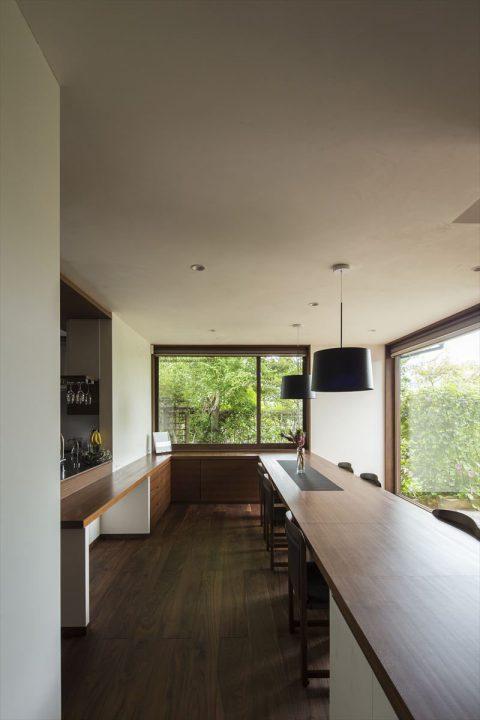 倉敷市に完成した高級住宅、内装リフォーム工事の庭を眺めるダイニング完成写真