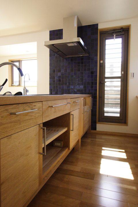 木とタイルでかわいい造作のキッチン
