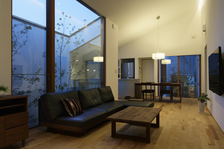 大きな中庭と勾配天井で開放感のあるLDK