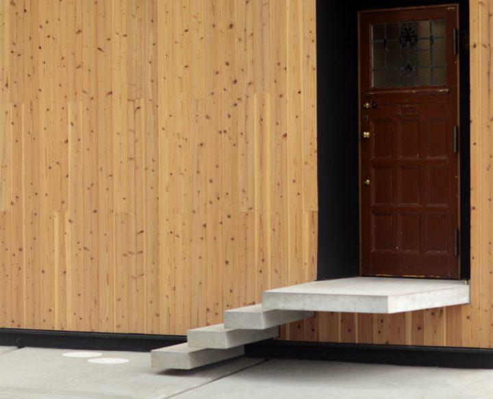 板張りの外壁とアンティークドアの組み合わせ