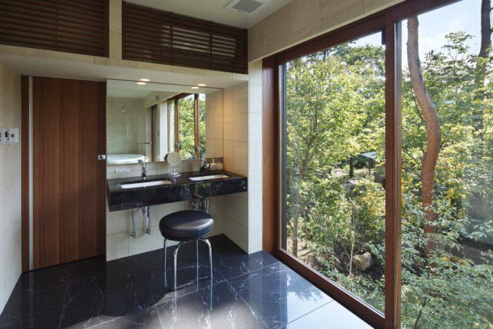 景色を楽しむダブルボウルの洗面スペース