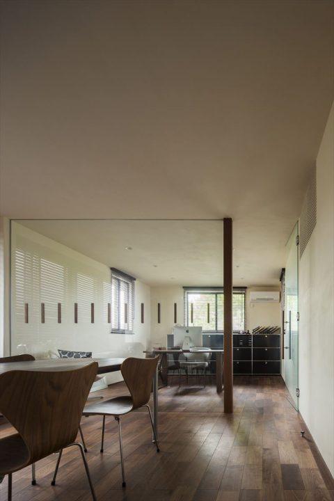 倉敷市に完成した高級住宅、内装リフォーム工事のガラス戸でオシャレな書斎スペース