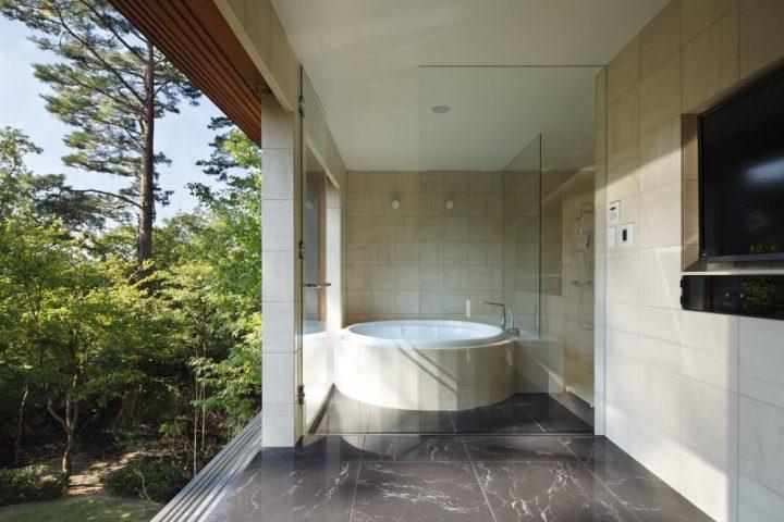 リゾートホテルのような風景を楽しめる贅沢なバスルーム