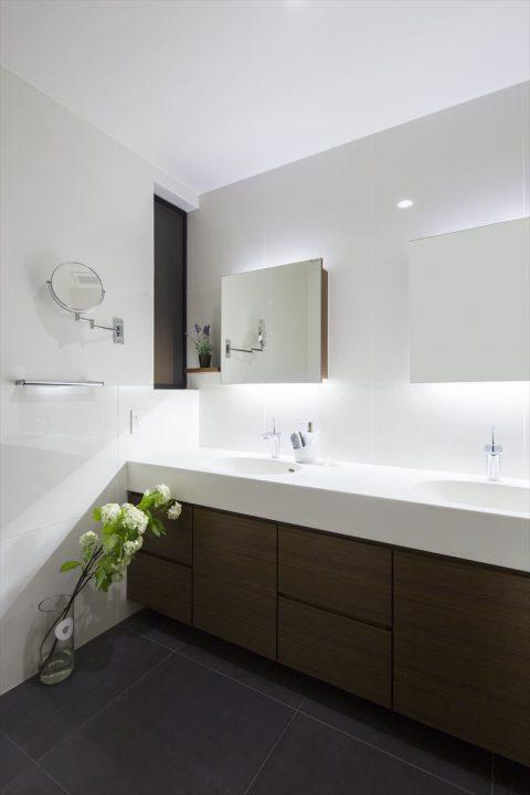 倉敷市に完成した高級住宅、内装リフォーム工事のホテルライクなダブルボウルの洗面室
