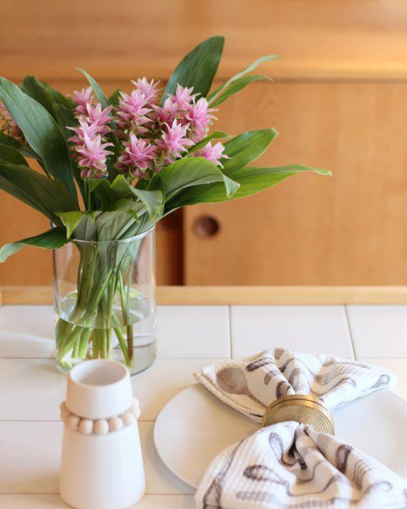 春には生花も添えて華やかに
