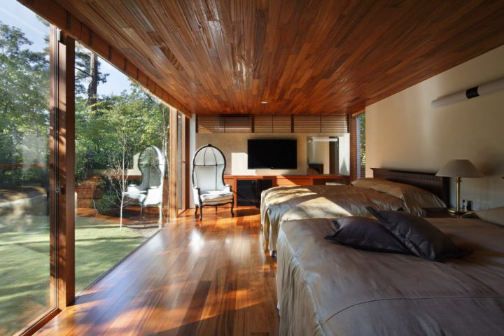 森の中に完成した絶景を楽しむ別荘、豪華な板張り天井と贅沢な大開口からプライベートガーデンを楽しむベッドルーム