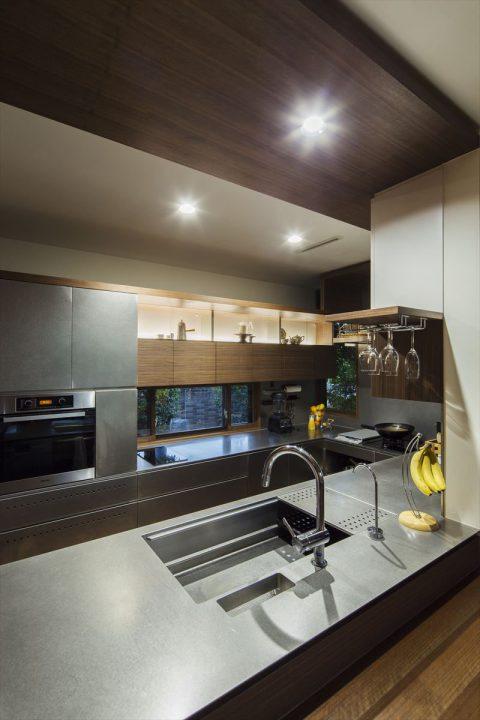 倉敷市に完成した高級住宅、内装リフォーム工事のオーダーメイドのステンレスカウンターの豪華なキッチン