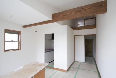 アパートの内観は白を基調にしていますロフトもあります