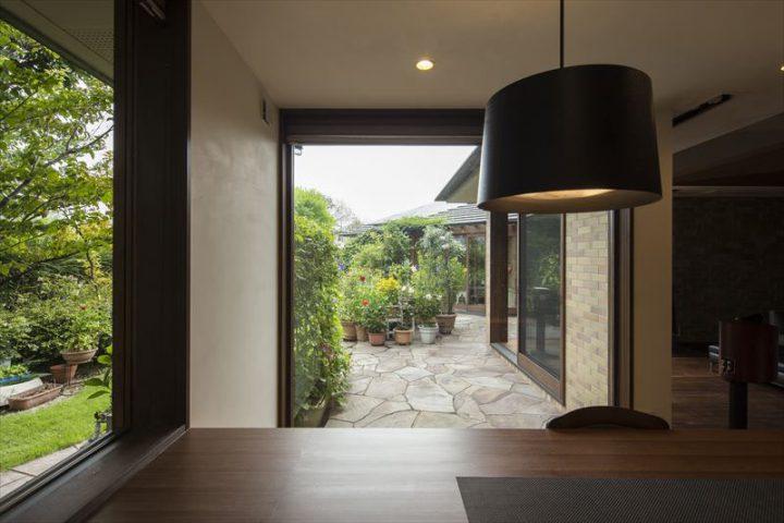 倉敷市に完成した高級住宅、内装リフォーム工事の庭の緑に癒されるダイニングからの眺め