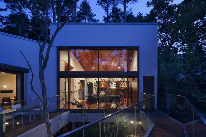 森の中に完成した絶景を楽しむ別荘、夜は一層大人な雰囲気が漂うリビング
