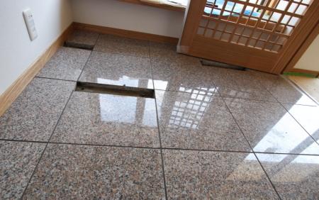 玄関ホールのフロアは岡山県の石で有名な万成石です