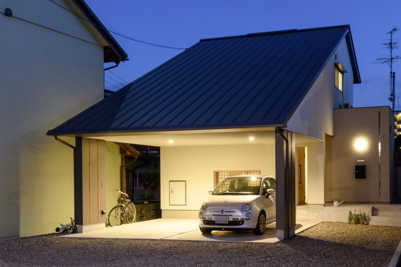 大屋根の家 夜の外観