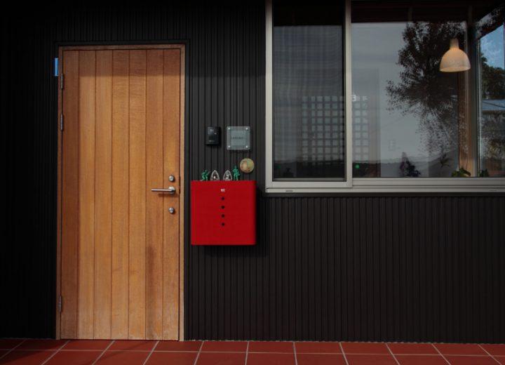 赤と黒でメリハリがある玄関