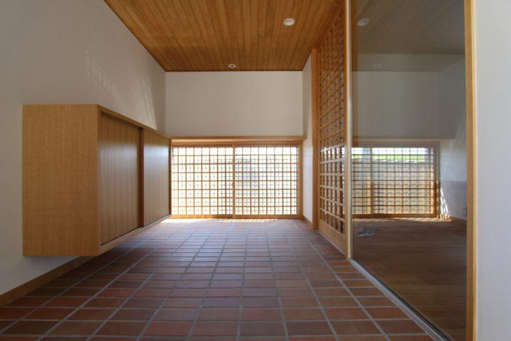 タイルと木の建具が美しい玄関