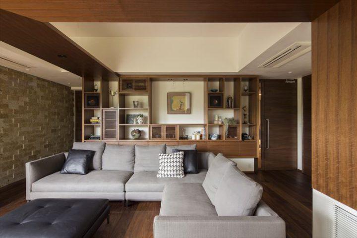 倉敷市に完成した高級住宅、内装リフォーム工事の壁一面の飾り棚と大きなソファーのリビング