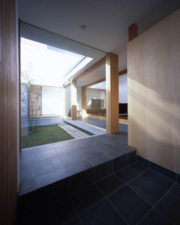 大開口から中庭が見える開放的な玄関