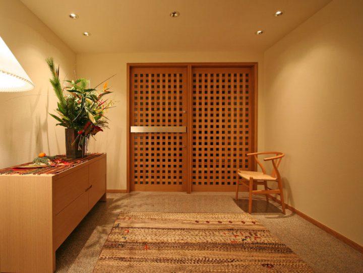 岡山市南区に完成した高級住宅、お客様を暖かく迎えるフラット玄関
