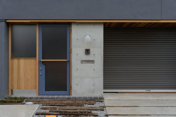コンクリート壁にグレーを合わせたモダンなエントランス