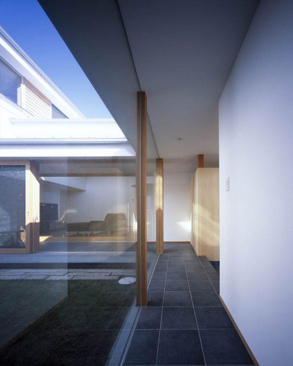 ガラス張りの明るい廊下