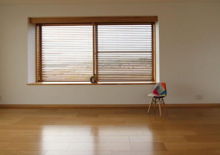 出窓のあるシンプルなリビング