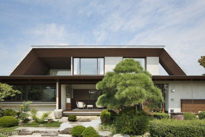 倉敷市に完成した高級住宅、豪華な庭園を眺める住宅外観