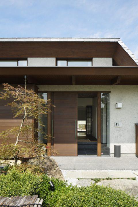 倉敷市の高級住宅、お客様を迎える調和のとれた玄関
