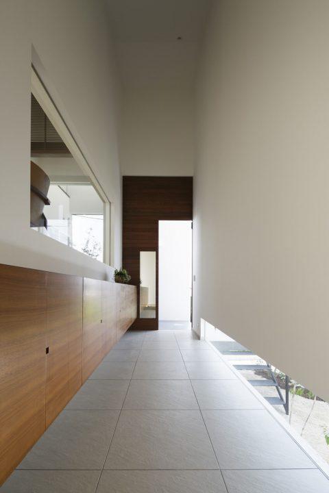 天井が高く奥行ある贅沢な広さの玄関