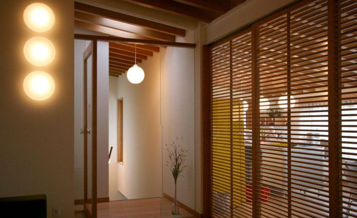岡山市南区に完成した高級住宅、照明やこだわりの建具で空間を楽しむ