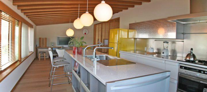 岡山市南区に完成した高級住宅、勾配天井でリビングとつながる北欧風キッチン