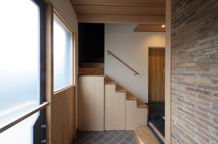 玄関と圧迫感のない階段